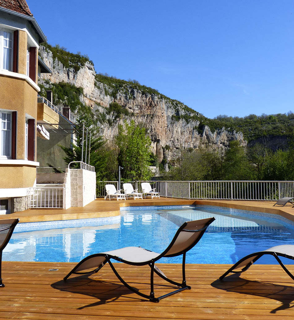 Hôtel Restaurant des Grottes: Just a stone's throw from neolithic France